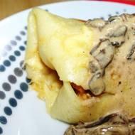 Naleśniki z piersiami z kurczaka, zapiekane z serem i sosem z suszonych grzybów.