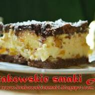 Sernik gotowany na czekoladowym spodzie z brzoskwiniami