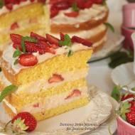 delikatne ciasto biszkoptowe z kremem śmietanowym i truskawkami