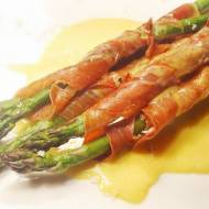 Zielone szparagi w szynce parmeńskiej z sosem holenderskim