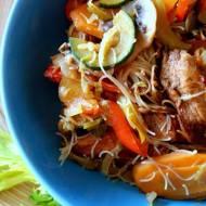 Domowa chińszczyzna - kurczak sojowy z makaronem ryżowym