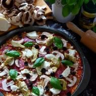 Pizza owsiana z karczochami, salami i czarnymi oliwkami