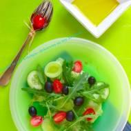 Sałatka z rukolą, pomidorkami i czarnymi oliwkami.