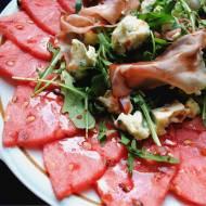 Carpaccio z arbuza z rukolą, szynką szwarcwaldzką i serem pleśniowym