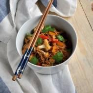Smażony kalafior z papryką i makaronem chow mein