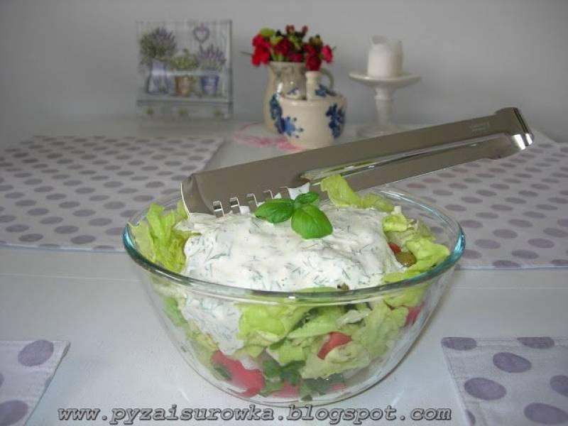 Sałatka do grilla z zieloną sałatą i oliwkami - przepis