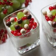 Deser z czerwoną porzeczką i winogronami
