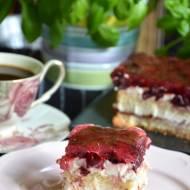 Ciasto z kremem karpatkowym i wiśniami