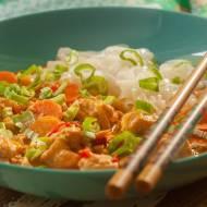 Curry z łososiem i makaronem ryżowym