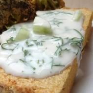 Kalantika z ciecierzycy z sosem arganowo-śmietanowym z ogórkiem i koperkiem