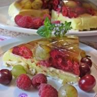 Sernikowa kopuła z owocami i bezami
