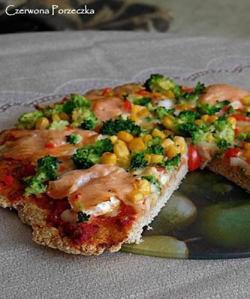 Pyszna pizza na cieście razowym z wędzonym łososiem i serem camembert