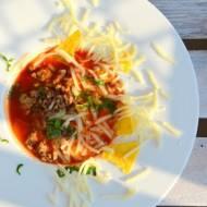 Meksykańska zupa z wołowiną, serem i nachosami
