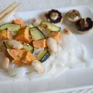 makaron ryżowy z fasolką jaś oraz pieczonymi warzywami i sezamem