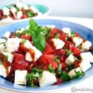 Letnia sałatka z arbuzem, fetą, bazylią i sosem chilli