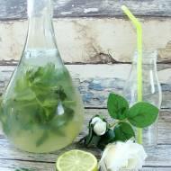 Lemoniada cytrynowa z miętą i bazylią