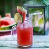 Spala tluszcz, oczyszcza nerki i reguluje ciśnienie krwi: Orzeźwiający różowy koktajl z arbuza i ogórka.