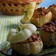 Biała papryka faszerowana soczewicą i warzywami
