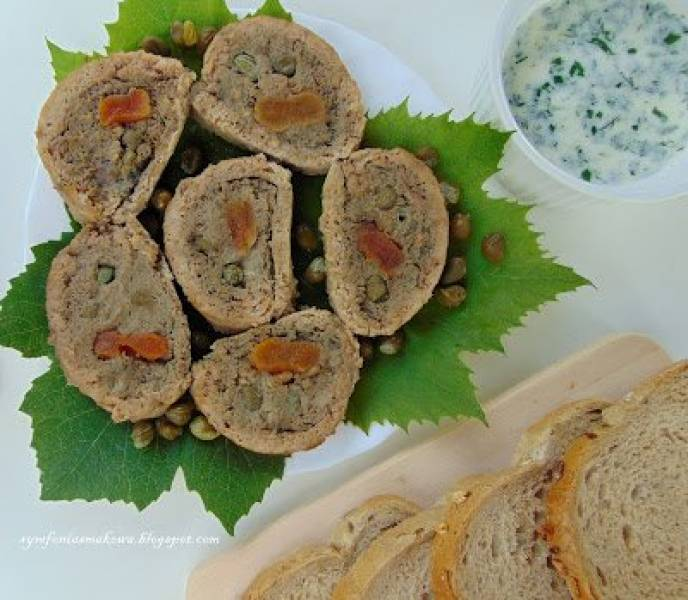 Rolada z mięsa wołowego nadziana musem z wątróbki, kaparami i suszonymi morelami podana z ziołowym sosem beszamelowym oraz piwem
