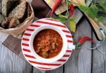 Żołądki kurczaka gotowane w pikantnym sosie pomidorowym