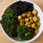 obiad w miseczce - smażone tofu, czarna quinoa i brokuły