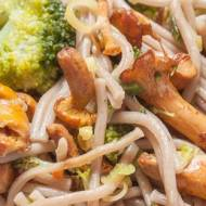 Makaron soba z brokułem i kurkami (z jednego garnka)