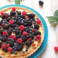 Tarta z kremem waniliowym i owocami leśnymi
