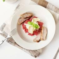 Risotto buraczkowe z grillowaną wołowiną i kozim serem