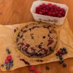 wegańskie i bezglutenowe ciasto karobowe z owocami