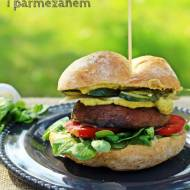 Pieczarkowy burger z pasta z awokado i parmezanem