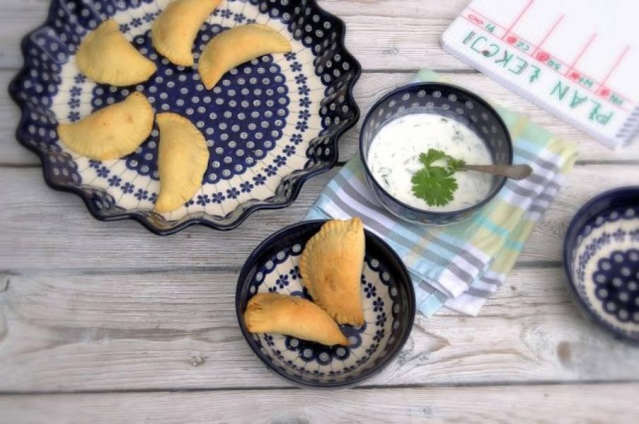 Mleczne śniadanie na rozpoczęcie roku szkolnego - śniadanie dobrze nadziane serem z sosem jogurtowym.