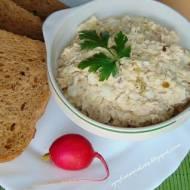Pasta z makreli, jajek, ogórków i cebuli.