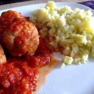 Pulpety drobiowe w sosie pomidorowym.
