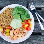 Sałatka obiadowa z komosą ryżową lub ryżem.