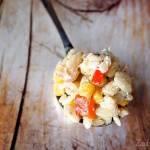 Zaskakująco dobra sałatka z wędzoną rybą, makaronem i żółtym serem