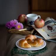 Drożdżowe rogaliki z jabłkami