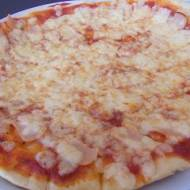Pizza na cieńkim cieście z serem i szynką
