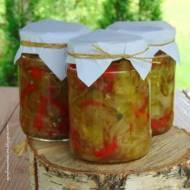 Sałatka z ogórków, papryki i cebuli w occie - przetwory na zimę.