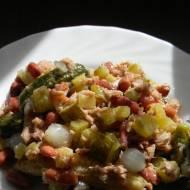 Sałatka z tuńczykiem, fasolą i kiszonymi ogórkami (bezglutenowa)