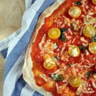 Pizza z żółtymi pomidorkami, bazylią i mozzarellą