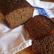 razowy chleb pachnący kminkiem i melasą