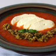 Krem z pieczonych pomidorów z pesto i mozarellą