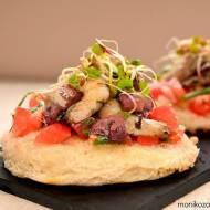 Salsa pomidorowa z krewetkami smażonymi na maśle z dodatkiem wina na chrupiącej grzance