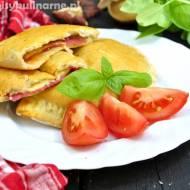 Drożdżowe kieszonki z salami i serem