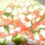 Sałatka z ogórków małosolnych , cebuli i pomidorów
