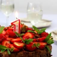 Pierwsze urodziny bloga i torcik czekoladowy z trusawkami