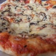 Pizza z serem, szynką i pieczarkami (z maszyny)