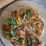 Pizza z niebieskim serem pleśniowym, szynką szwarcwaldzką, orzechami włoskimi i brzoskwinią