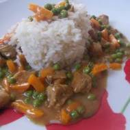 Gulasz z marchewką i groszkiem na ryżu