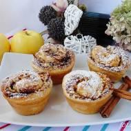 Drożdżowe muffinki z cynamonem i jabłkami